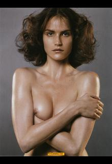 Missy Rayder topless try to cover her tis